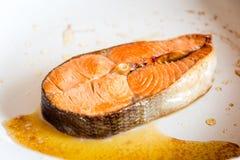 Filete de color salmón frito en cacerola Imagen de archivo libre de regalías