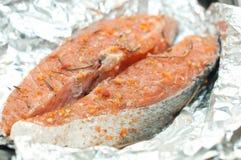 Filete de color salmón listo para ser frito Imagen de archivo libre de regalías