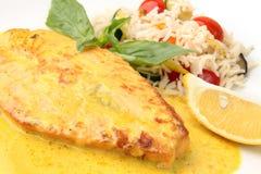 Filete de color salmón en una salsa cremosa del azafrán Foto de archivo