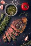 Filete de grupa irlandés asado a la parrilla sous-vide blando jugoso de la carne de vaca con las hierbas frescas foto de archivo libre de regalías