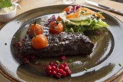 Filete de la ballena con los tomates y la pasa en el lofoten Fotografía de archivo