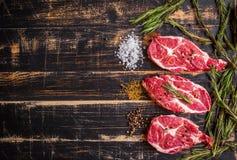 Filete de la carne cruda en el fondo de madera oscuro listo a la asación Foto de archivo libre de regalías