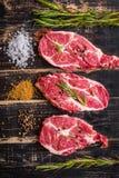 Filete de la carne cruda en el fondo de madera oscuro listo a la asación Imagen de archivo libre de regalías