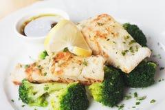 Filete de pescados asado a la parrilla de bacalao con bróculi imagen de archivo