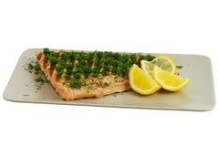 Filete de pescados de color salmón asado a la parilla con eneldo y el limón Fotografía de archivo libre de regalías