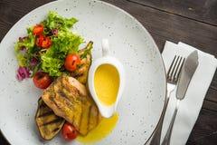 filete de pescados delicioso con las verduras imagenes de archivo