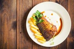 Filete de pescados frito con las fritadas Fondo de madera Visión superior Primer imagenes de archivo