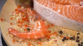 Filete de pescados rojo crudo con los camarones almacen de video