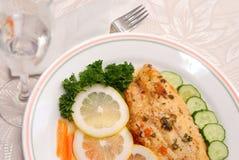 Filete de pescados y de la ensalada Fotos de archivo libres de regalías
