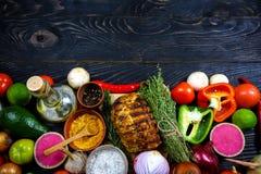 Filete de porterhouse delicioso del asador y verduras frescas coloridas de la carne asada en un tablero negro, visión desde arrib imágenes de archivo libres de regalías