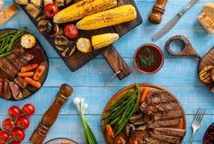 Filete de prendedero asado a la parrilla servido con las verduras asadas a la parrilla Foto de archivo libre de regalías