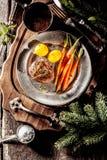 Filete de prendedero del verraco servido con las verduras en la bandeja imagen de archivo