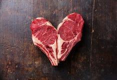 Filete de Ribeye de la carne cruda de la forma del corazón Fotos de archivo