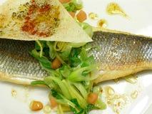 Filete del bajo de mar con las cebollas del resorte y la salsa de soja Foto de archivo libre de regalías