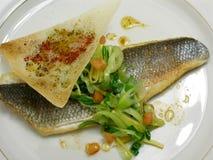 Filete del bajo de mar con las cebollas y la salsa de soja 3 del resorte Imagenes de archivo