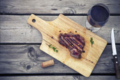 Filete del Bbq Ase a la parilla la carne asada a la parrilla del filete de carne de vaca con el vino rojo y el kn fotografía de archivo libre de regalías