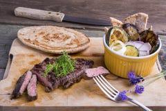 Filete del bistec de costilla de la carne del caballo del estilo de Provencal con ratatouille y Imágenes de archivo libres de regalías