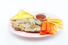 Filete del cerdo, patatas fritas, salsa de tomate, pan, fondo blanco Imágenes de archivo libres de regalías