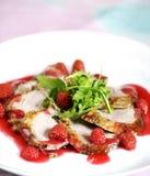 Filete del pato de carne asada con la frambuesa Imagenes de archivo