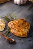 Filete del pollo asado a la parrilla imagenes de archivo