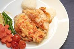 Filete del pollo con los tomates, las zanahorias, los granos, las habas y el arroz Imagen de archivo libre de regalías