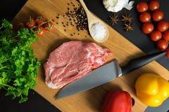 Filete fresco de la carne cruda con la especia y las verduras en la superficie de madera Imagenes de archivo