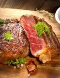 Filete, hierbas y especias asados a la parrilla de carne de vaca del ribeye Visión superior imagenes de archivo