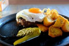 Filete, huevo frito, comida jugosa Fotos de archivo
