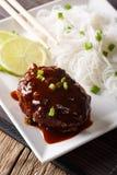 Filete japonés del hambagu con fideos del arroz y el primer de la cal VE Fotografía de archivo