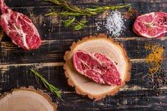 Filete jugoso crudo de la carne en el fondo de madera oscuro listo a la asación Fotografía de archivo