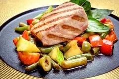 Filete jugoso de la carne con las especias y las verduras asadas a la parrilla imágenes de archivo libres de regalías