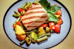 Filete jugoso de la carne con las especias y las verduras asadas a la parrilla fotos de archivo