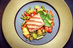 Filete jugoso de la carne con las especias y las verduras asadas a la parrilla fotos de archivo libres de regalías