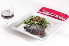 Filete recientemente chamuscado de Ribeye servido con el vino rojo Imágenes de archivo libres de regalías