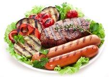 Filete, salchichas y verduras asados a la parrilla. fotografía de archivo