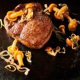 Filete salvaje del juego de la carne de venado servido con las setas foto de archivo