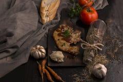 Filete, tomate, perejil, ajo, pimienta negra, pan, orégano imágenes de archivo libres de regalías
