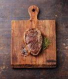 Filete y condimento asados a la parrilla de carne de vaca Fotografía de archivo libre de regalías