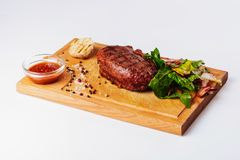 Filete y patatas asados a la parrilla de carne de vaca foto de archivo libre de regalías