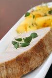 Filete y patatas de atún de la carne asada Imagen de archivo libre de regalías