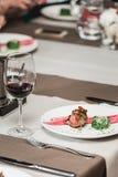 Filete y salsa asados a la parrilla frescos de rosbif del Bbq en una placa blanca con la hoja verde de la ensalada salsa de la so Fotos de archivo