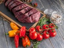 Filetes Angus Meat negro crudo y verduras Carne fresca en una tarjeta de corte fotos de archivo