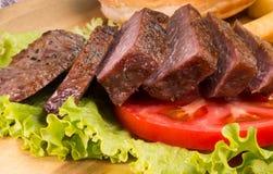Filetes de carne de vaca, patatas fritas y primer asados a la parrilla de las verduras Imagen de archivo