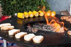 Filetes de carne de vaca deliciosos en la parrilla con las llamas Fotografía de archivo libre de regalías