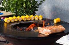 Filetes de carne de vaca deliciosos en la parrilla con las llamas Imagenes de archivo