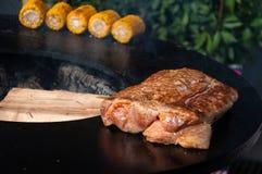 Filetes de carne de vaca deliciosos en la parrilla con las llamas Fotografía de archivo