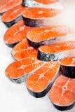 Filetes de color salmón crudos en el hielo foto de archivo libre de regalías