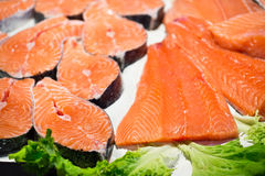 Filetes de color salmón y prendederos crudos fotografía de archivo libre de regalías