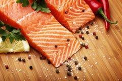 Filetes de color salmón en tarjeta de madera Fotografía de archivo libre de regalías