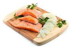 Filetes de los salmones rojos con los condimentos Fotos de archivo libres de regalías